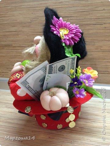 Домовой сидящий в шляпе. После праздников осталась шляпка,решила применить,посадив  в неё домового. Наверное,надо было сшить рубашку другого цвета для контраста с красной шляпой,но уже что получилось ,то получилось)))) Мешочек с добром снимается. фото 4