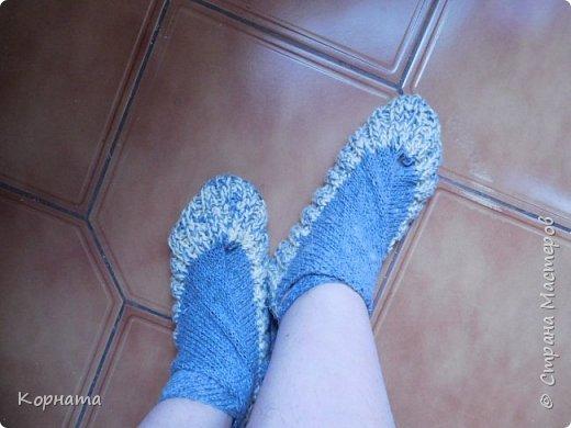 Доброго времени суток, дорогие друзья! Моя давняя хотелка - японские носочки.Давно собиралась связать такие, а тут Оля ( Олисандра) навязала этой красоты, и я получила хороший пинок!)) А еще я решила утилизировать все свои остатки пряжи.А для этих носочков, как раз самый то, использовать смешанные нитки и пряжу.Навязала носочков для всех внуков! Размерчики разные, потому как и внуки у меня все разные, зато все обуты, приезжая ко мне в гости, они в этих носочках ходят как в тапочках, опять же удобно, они не падают с ног соответственно они их не теряют! фото 2