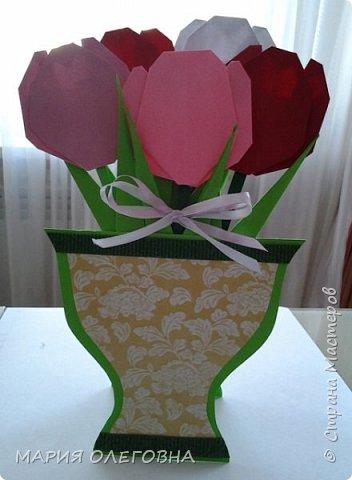 """Готовимся к прекрасному и нежному празднику 8 марта. Тюльпаны выполнены в технике """"оригами""""."""