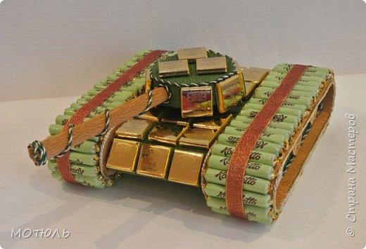 Добрый вечер!!! Во первых хочу всем сказать , что у Наденьки http://stranamasterov.ru/node/1004530?c=favusers проходит конкурс посвященный Пасхе. Все желающие вперед на конкурс!! У меня сегодня несколько подарков на 23 февраля и 8 марта. Первый это подарочный танк из конфет Конафетто и шоколадных плиток .Танк сделан из пеноплекса и картона, башня крутится. Ширина танка 30см, длина вместе с дулом 45см. Идея не моя , взята  у Т.Малиновцевой. фото 2