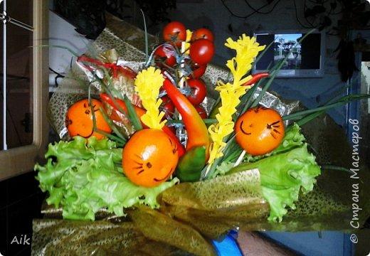 Это мой всего лишь второй букет в подарок  замечательному человечку другу по жизни, сложились цветочки добавились бусинки, и  был доставлен имениннице на работу в разгар рабочего дня! у нас ещё в то время в продаже подобных не было... фото 12