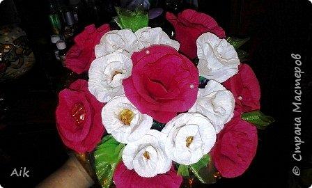 Это мой всего лишь второй букет в подарок  замечательному человечку другу по жизни, сложились цветочки добавились бусинки, и  был доставлен имениннице на работу в разгар рабочего дня! у нас ещё в то время в продаже подобных не было... фото 1