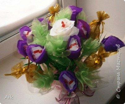 Это мой всего лишь второй букет в подарок  замечательному человечку другу по жизни, сложились цветочки добавились бусинки, и  был доставлен имениннице на работу в разгар рабочего дня! у нас ещё в то время в продаже подобных не было... фото 2