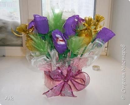 Это мой всего лишь второй букет в подарок  замечательному человечку другу по жизни, сложились цветочки добавились бусинки, и  был доставлен имениннице на работу в разгар рабочего дня! у нас ещё в то время в продаже подобных не было... фото 4