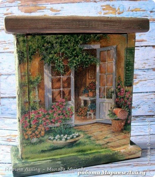 Всем огромный привет!   Как у вас настроение? У меня отличное. не смотря на капризы погоды... Ночью выпал снег и  снова нет солнышка.... Но ведь весна уже чувствуется! Поэтому и показываю свою долгоиграющую ключицу. Она такая яркая, цветочная, ну очень мне напоминает Итальянские деревушки. Когда яркая зелень, яркие краски цветов и солнце. Море солнца. Я правда в Италии еще не была ни разу, но безумно ее люблю и надеюсь что обязательно в ней побываю. Ну и чтобы мечта сбылась, закончила наконец-то ключницу.  Делать я ее начала давно, наверно года три назад... Но потом как-то все времени на нее не находилось. Да и в прихожей приспособились класть ключи на полочку под телефоном.  Но ключница ведь лучше, да еще когда она такая яркая. фото 1