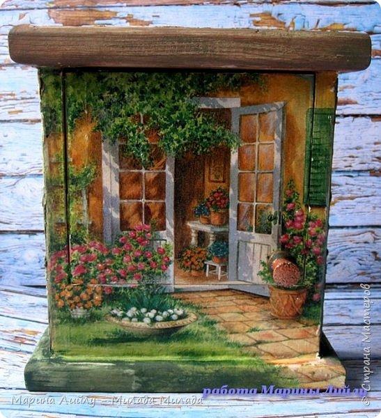 Всем огромный привет!   Как у вас настроение? У меня отличное. не смотря на капризы погоды... Ночью выпал снег и  снова нет солнышка.... Но ведь весна уже чувствуется! Поэтому и показываю свою долгоиграющую ключицу. Она такая яркая, цветочная, ну очень мне напоминает Итальянские деревушки. Когда яркая зелень, яркие краски цветов и солнце. Море солнца. Я правда в Италии еще не была ни разу, но безумно ее люблю и надеюсь что обязательно в ней побываю. Ну и чтобы мечта сбылась, закончила наконец-то ключницу.  Делать я ее начала давно, наверно года три назад... Но потом как-то все времени на нее не находилось. Да и в прихожей приспособились класть ключи на полочку под телефоном.  Но ключница ведь лучше, да еще когда она такая яркая. фото 7