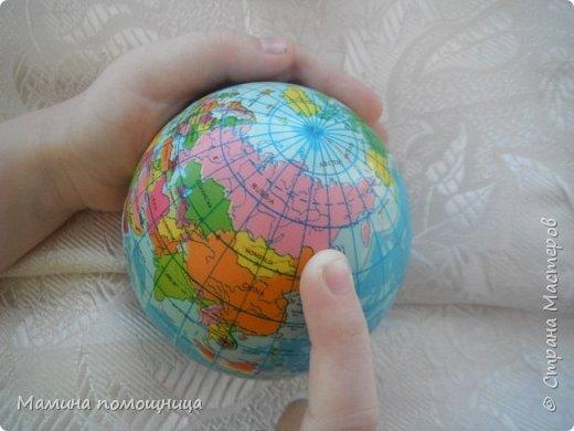 Сегодня мы поговорим о празднике День защитника Отечества. Давай посмотрим на календаре, этот день - 23 февраля, выделен красным цветом.  Ты знаешь что такое Отечество? Это наша Родина. Родина - Россия. Россия - наш дом, страна в которой мы живем. Давай посмотрим на глобусе. Ты видишь какая она большая, наша Родина. Сравни с другими странами.  У каждой страны есть границы, это условные линии, проведи пальчиком по границам нашей страны.  фото 1