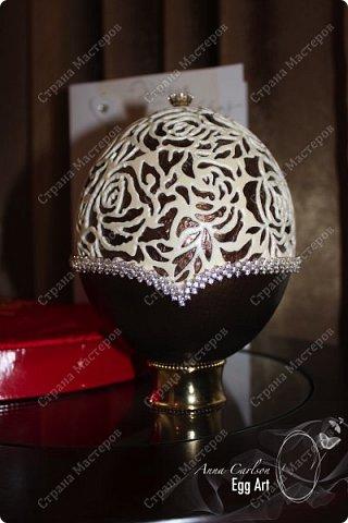 Работа сделана из страусиного яйца и украшена кристаллами кварца. Нижняя часть покрыта акрилловой краской фото 1