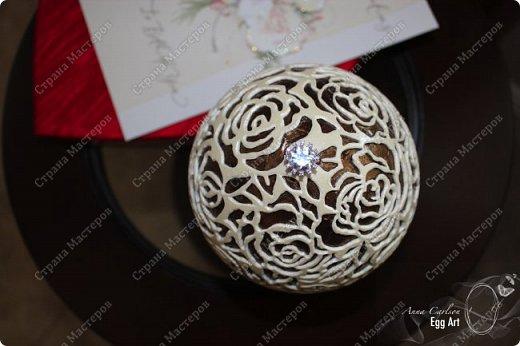 Работа сделана из страусиного яйца и украшена кристаллами кварца. Нижняя часть покрыта акрилловой краской фото 2