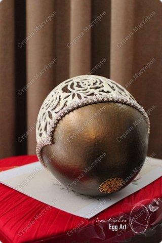 Работа сделана из страусиного яйца и украшена кристаллами кварца. Нижняя часть покрыта акрилловой краской фото 5