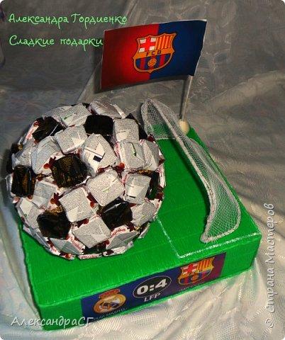 К 23 февраля поступил заказ на футбольный мяч из конфеток, но необходимо было дополнить все это бутылочкой... И она должна была идеально вписаться. Долго обдумывая как все обыграть остановилась на таком варианте. фото 2