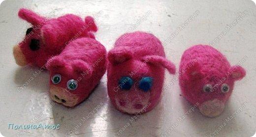 """Всем здравствуйте!  Сегодня мы на """"Валяшке """" смастерили таких вот милых свинок. (на фото ниже голубоглазая свинка- Ярославы, а  с  двигающимися глазками- мои) фото 1"""