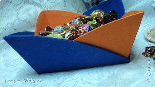 Здравствуйте, дорогие мастера и мастерицы! Вынужденное сидение дома дало плоды - конфетница и цветы. В последнее время занимаюсь и картонажем и цветами. фото 3
