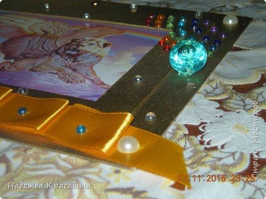 Вот такую рамочку я сделала для братишки. Ему 8 лет и он очень любит все золотое, блестящее и похожее на драгоценности. И рамочка получилась соответствующая. Вырезала из пивного картона два прямоугольника. в маленьком прямоугольнике сделала прямоугольное отверстие для фото, которое вставляется сверху. Покрасила краской цвета золото и залачила. Приклеила ленточку тоже цветом под золото, наклеила стразы, полубусины и большие брюллики. фото 3