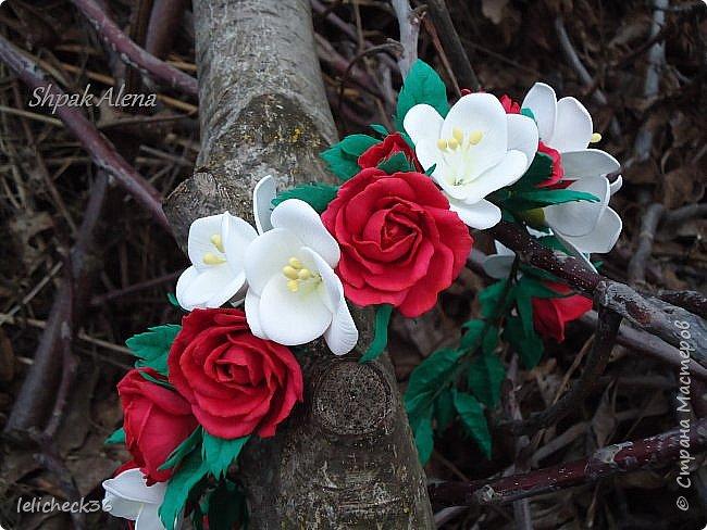 Веночнек из красных роз и белой фрезии фото 3