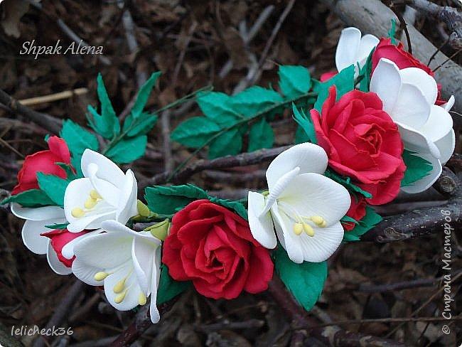 Веночнек из красных роз и белой фрезии фото 1