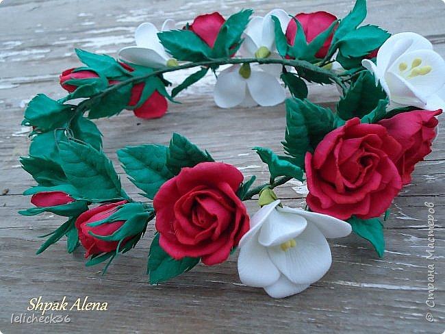 Веночнек из красных роз и белой фрезии фото 2