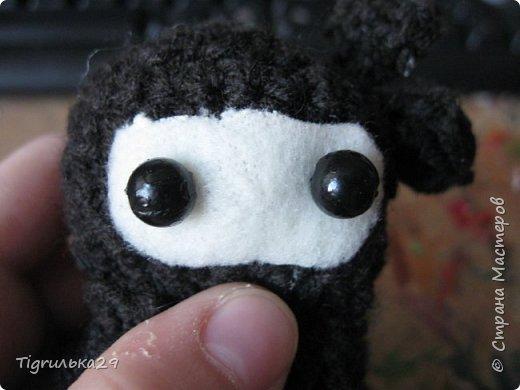 БУ!! Привет всем, сегодня я хочу показать вам моего вязаного ниндзю:) лицо у него из белого флиса, глаза из бусин, а собран он вместе при помощи клея, иглы и ниток. фото 1