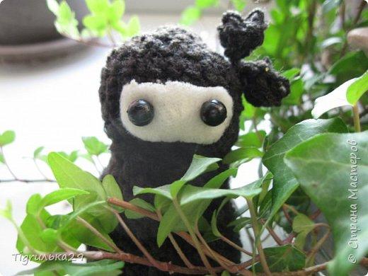 БУ!! Привет всем, сегодня я хочу показать вам моего вязаного ниндзю:) лицо у него из белого флиса, глаза из бусин, а собран он вместе при помощи клея, иглы и ниток. фото 4