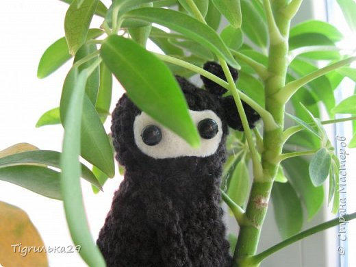 БУ!! Привет всем, сегодня я хочу показать вам моего вязаного ниндзю:) лицо у него из белого флиса, глаза из бусин, а собран он вместе при помощи клея, иглы и ниток. фото 5