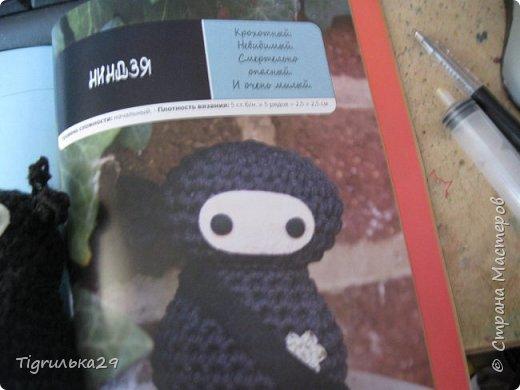 БУ!! Привет всем, сегодня я хочу показать вам моего вязаного ниндзю:) лицо у него из белого флиса, глаза из бусин, а собран он вместе при помощи клея, иглы и ниток. фото 3