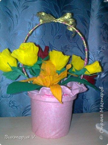 Цветы сделаны к 8 марта. Это подарок  с сюрпризом, в некоторых бутонах конфеты, а еще есть цветочки, в которых спрятаны записки с поздравлениями.  фото 3