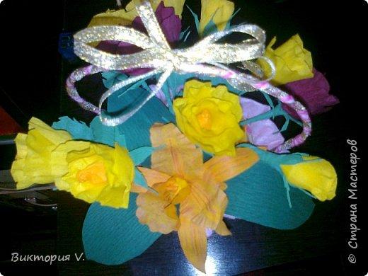Цветы сделаны к 8 марта. Это подарок  с сюрпризом, в некоторых бутонах конфеты, а еще есть цветочки, в которых спрятаны записки с поздравлениями.  фото 2