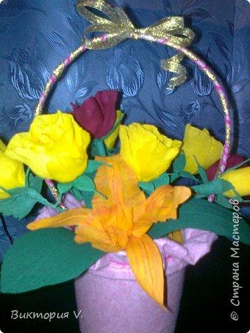 Цветы сделаны к 8 марта. Это подарок  с сюрпризом, в некоторых бутонах конфеты, а еще есть цветочки, в которых спрятаны записки с поздравлениями.  фото 1