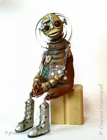 Инопланетный странник. Полностью подвижен. Умеет сидеть без опоры. Рисунок на пузе и некоторые части механизмов светятся в темноте. Рост 40 см. фото 1