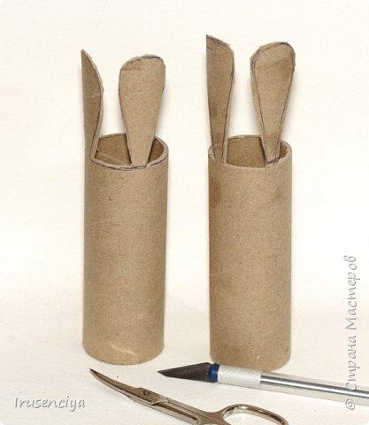 Когда ребёнок очень чего-то просит, то отказывать ни в коем случае нельзя. Вот захотелось ему зайчиков, пожалуйста! Ну и что, что ненастоящие, зато кормить и ухаживать не надо, стоят себе и улыбаются :))) Чтобы их сделать, мне понадобились: картонный рулон от фольги, острый канцелярский нож, ножницы, цветная бумага, пара помпонов, глазки для игрушек, клеевой пистолет и мелочи для декора. фото 3