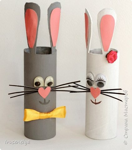 Когда ребёнок очень чего-то просит, то отказывать ни в коем случае нельзя. Вот захотелось ему зайчиков, пожалуйста! Ну и что, что ненастоящие, зато кормить и ухаживать не надо, стоят себе и улыбаются :))) Чтобы их сделать, мне понадобились: картонный рулон от фольги, острый канцелярский нож, ножницы, цветная бумага, пара помпонов, глазки для игрушек, клеевой пистолет и мелочи для декора. фото 1