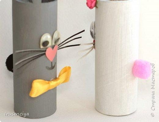 Когда ребёнок очень чего-то просит, то отказывать ни в коем случае нельзя. Вот захотелось ему зайчиков, пожалуйста! Ну и что, что ненастоящие, зато кормить и ухаживать не надо, стоят себе и улыбаются :))) Чтобы их сделать, мне понадобились: картонный рулон от фольги, острый канцелярский нож, ножницы, цветная бумага, пара помпонов, глазки для игрушек, клеевой пистолет и мелочи для декора. фото 6
