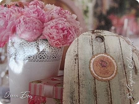 Здравствуйте, дорогие жители Страны Мастеров! Представляю вашему вниманию ключницы из кухонных досточек (и  возможность поэкспериментировать с цветом, а заодно и досточкам дать шанс послужить, тем более с обратной стороны красивый рисунок с розами на пластике). Как раз необходим был фон для фоток с текстильными розочками. Приглашаю к просмотру:) фото много)))))  фото 17