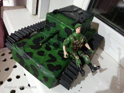 Это в садик. Коробка из-под молока, коктейльная трубочка, картон гофрированный забыла купить,  пришлось разодрать обычную коробку и отделить гофрированную часть для гусениц. Нашла какие-то разломанные части от машинок, и даже оружие от сломанной игрушки. фото 1