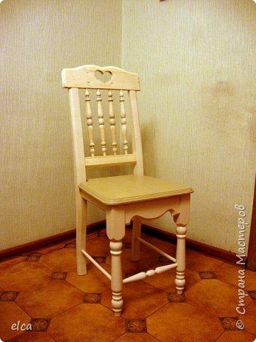 Добрый день, Страна! Давно мечтала делать мебель в стиле ретро, сейчас появилась такая возможность.На фото -стул для дачи(в комплекте 4 стула и стол). Материал-сосна и берёза. Сиденье и спинка сделаны из готового мебельного щита, передние ножки-из переточенных балясин, декоративные вставки для спинки и переднюю проножку выточила на токарном станке из черенков от лопат. Края сиденья и царг обработаны фрезой. фото 1