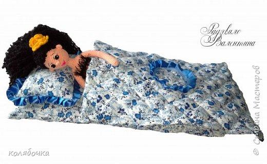 Комплект сшит в большую кроватку для кукол.Размер матраса в длину - 49 см. Мы с Максом и сами с удовольствием поигрались,пока примеряли одеялко на куклу )) фото 3