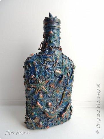 """С наступающим праздником Защитника Отечества!  Сотворилась вот такая морская бутылочка. Материал - шпаклевка, туалетная бумага - это как основа, а сверху - камушки, ракушки, цепочки, кусочки кораллов, маленький колокольчик,сеточка, парочка """"денежек"""", ну, и стразики добавила. Одна сторона.... фото 1"""