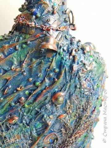 """С наступающим праздником Защитника Отечества!  Сотворилась вот такая морская бутылочка. Материал - шпаклевка, туалетная бумага - это как основа, а сверху - камушки, ракушки, цепочки, кусочки кораллов, маленький колокольчик,сеточка, парочка """"денежек"""", ну, и стразики добавила. Одна сторона.... фото 5"""
