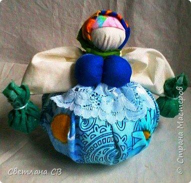 Кубышка Травница - народная кукла оберег, предназначенная оберегать ваше здоровье.  Это такая мудрая кругленькая бабушка, которая разбирается в травах и народной медицине и спешит на помощь с узелками, полными ароматных полезных трав. фото 1