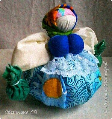 Кубышка Травница - народная кукла оберег, предназначенная оберегать ваше здоровье.  Это такая мудрая кругленькая бабушка, которая разбирается в травах и народной медицине и спешит на помощь с узелками, полными ароматных полезных трав. фото 2