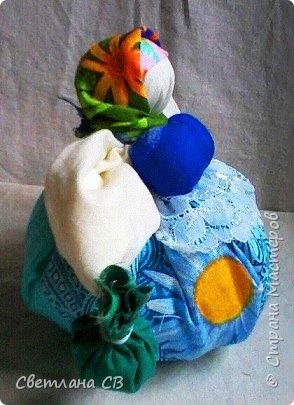 Кубышка Травница - народная кукла оберег, предназначенная оберегать ваше здоровье.  Это такая мудрая кругленькая бабушка, которая разбирается в травах и народной медицине и спешит на помощь с узелками, полными ароматных полезных трав. фото 3