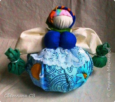 Кубышка Травница - народная кукла оберег, предназначенная оберегать ваше здоровье.  Это такая мудрая кругленькая бабушка, которая разбирается в травах и народной медицине и спешит на помощь с узелками, полными ароматных полезных трав. фото 4