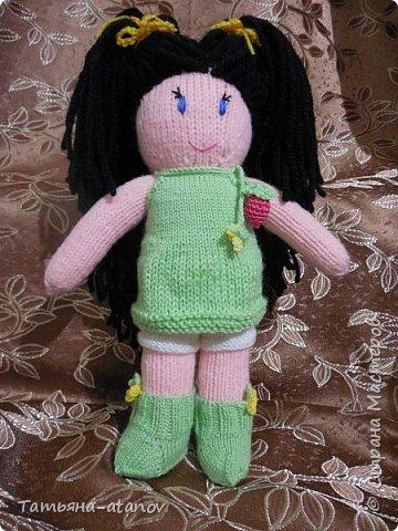 Хочу представить на ваш суд, мастерицы, вот такую свою первую куколку. Заказ на неё был неожиданный для меня. До этого вязала только вещи и зверюшек, а тут ответственное занятие - попросили связать мягонькую ляльку в подарок для девочки на Новый 2015 год. фото 1