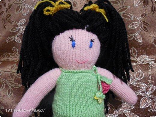 Хочу представить на ваш суд, мастерицы, вот такую свою первую куколку. Заказ на неё был неожиданный для меня. До этого вязала только вещи и зверюшек, а тут ответственное занятие - попросили связать мягонькую ляльку в подарок для девочки на Новый 2015 год. фото 2