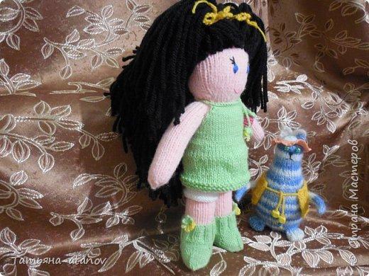 Хочу представить на ваш суд, мастерицы, вот такую свою первую куколку. Заказ на неё был неожиданный для меня. До этого вязала только вещи и зверюшек, а тут ответственное занятие - попросили связать мягонькую ляльку в подарок для девочки на Новый 2015 год. фото 3