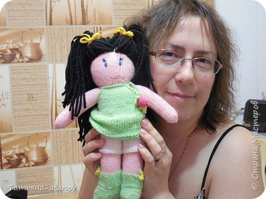 Хочу представить на ваш суд, мастерицы, вот такую свою первую куколку. Заказ на неё был неожиданный для меня. До этого вязала только вещи и зверюшек, а тут ответственное занятие - попросили связать мягонькую ляльку в подарок для девочки на Новый 2015 год. фото 4