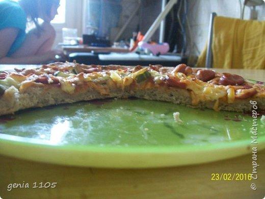 Здравствуйте мои дорогие. Испекла я сегодня пицу для моих защитников. Эта пица с грибами, курицей и сыром, а следующая с сосисками, кетчупом, огурцом свежим и сыром. фото 3