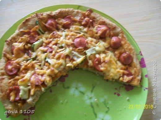 Здравствуйте мои дорогие. Испекла я сегодня пицу для моих защитников. Эта пица с грибами, курицей и сыром, а следующая с сосисками, кетчупом, огурцом свежим и сыром. фото 2