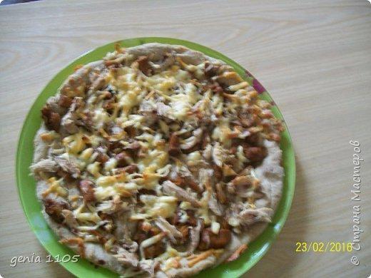 Здравствуйте мои дорогие. Испекла я сегодня пицу для моих защитников. Эта пица с грибами, курицей и сыром, а следующая с сосисками, кетчупом, огурцом свежим и сыром. фото 1