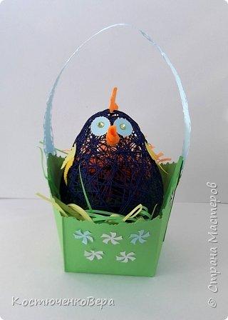 Сделали с дочкой за выходные много поделок к Пасхе. Яйца из ниток Алёна заготовила заранее, много получилось! Мы не все ещё декорировали. Корзинки и подставки для яиц нашли в Стране Вот первая http://stranamasterov.ru/node/336005 фото 2